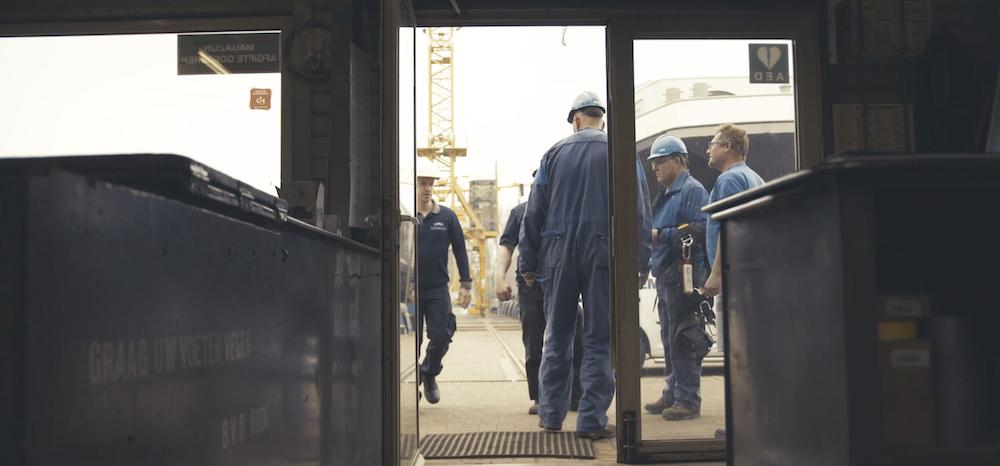 bunkercentrum Dongemond smeerolie, accu's, koelmiddelen, verf, touwen, veiligheidsmiddelen, veiligheidskleding en verbruiksartikelen aan de scheepvaart, watersporter, de industrie en de particulier.